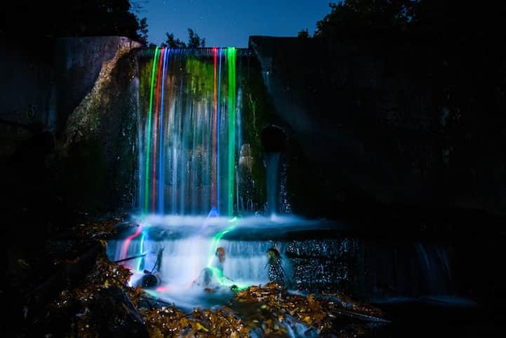 绝美的霓虹灯下的瀑布美景