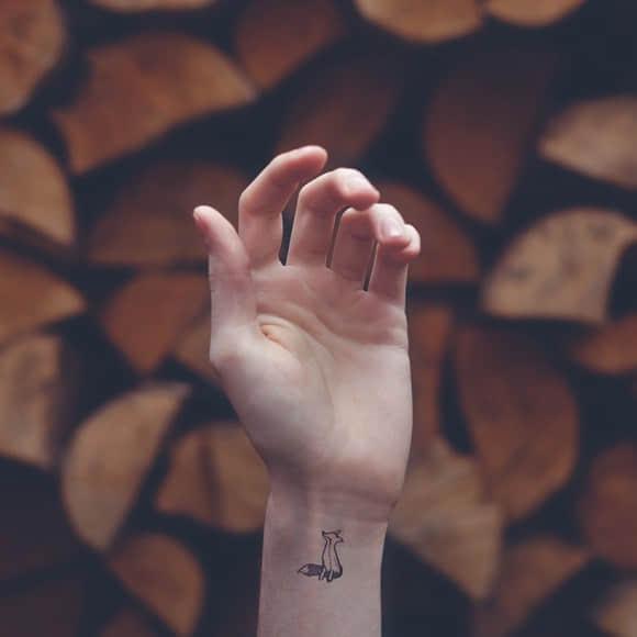 独特的手与刺青摄影照片