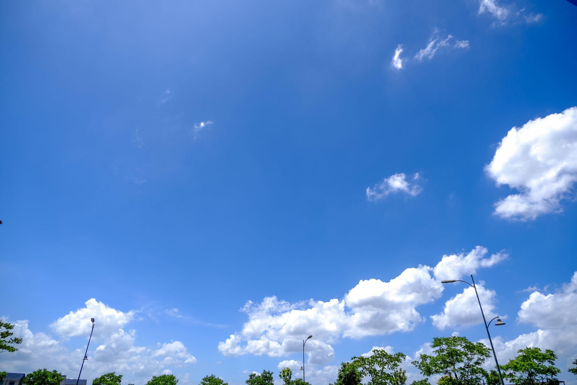 蓝色天空高清照片下载 - 免费正版图片