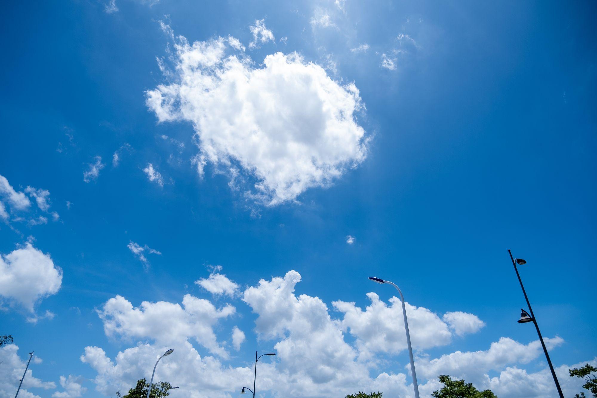 马路上空的蓝天背景照片 - 免费正版图库