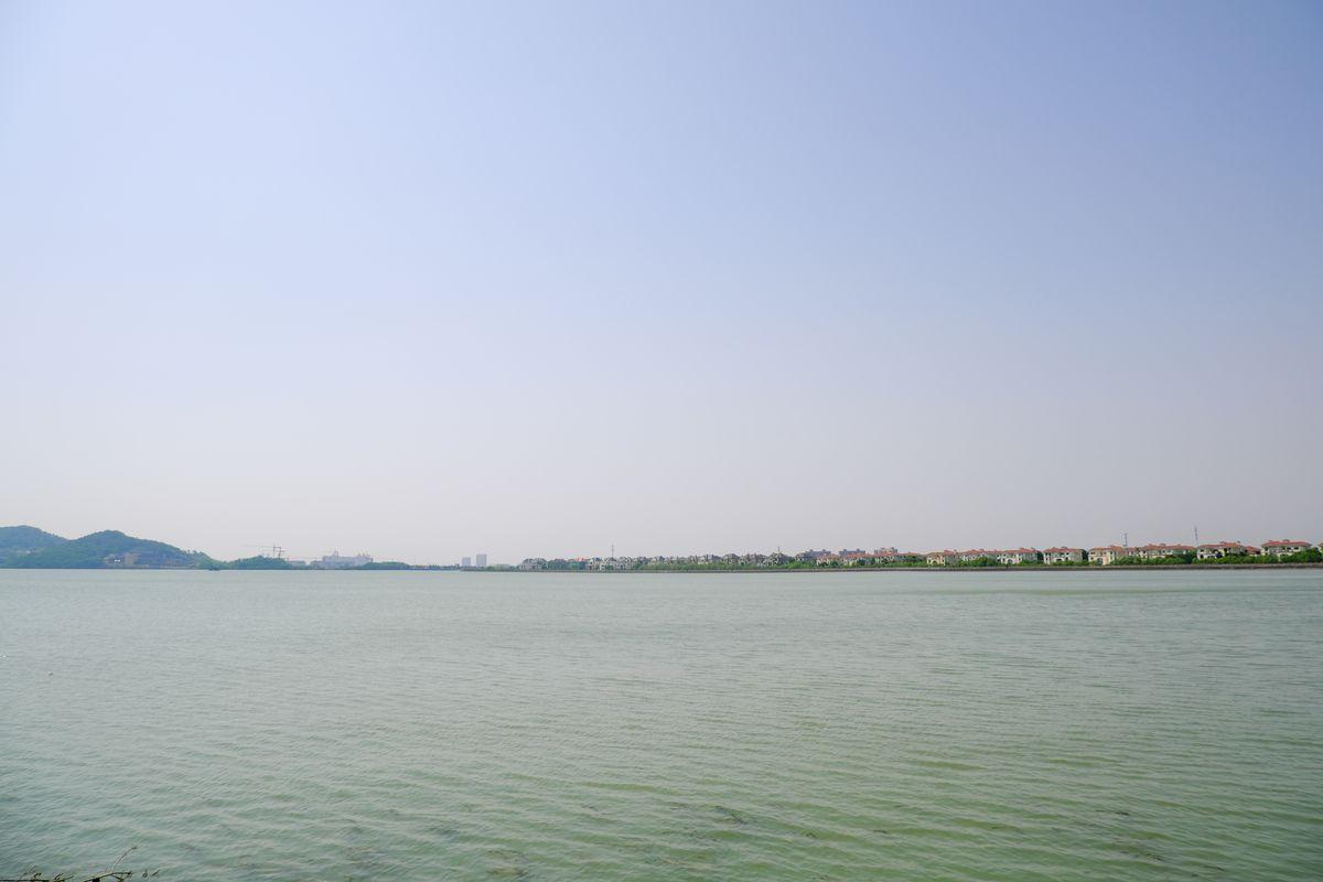 蓝天碧绿湖面4K照片下载 - 无限制商用