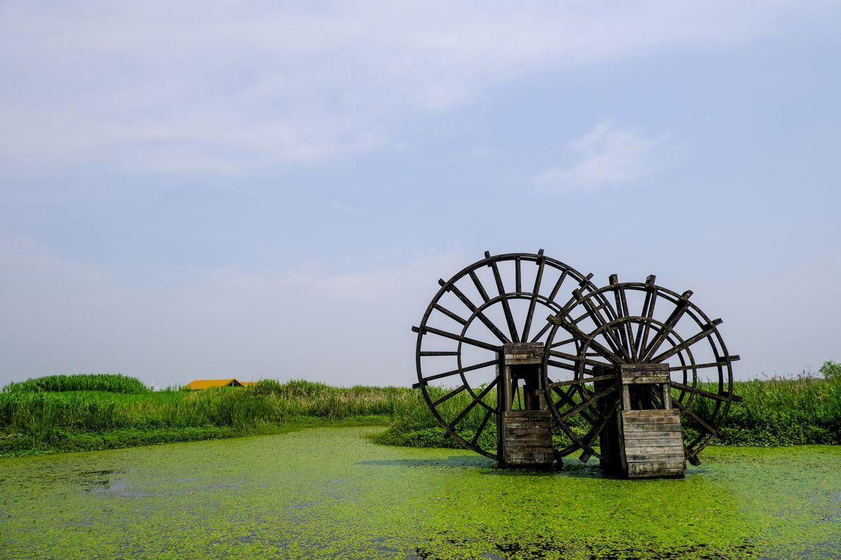 蓝天、水塘、水车背景照片免费商用下载