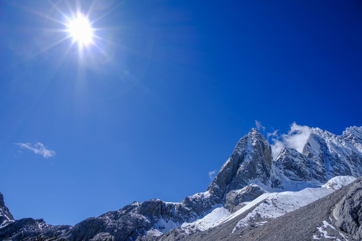 阳光下的高山、雪山背景照片 - 免费商用许可
