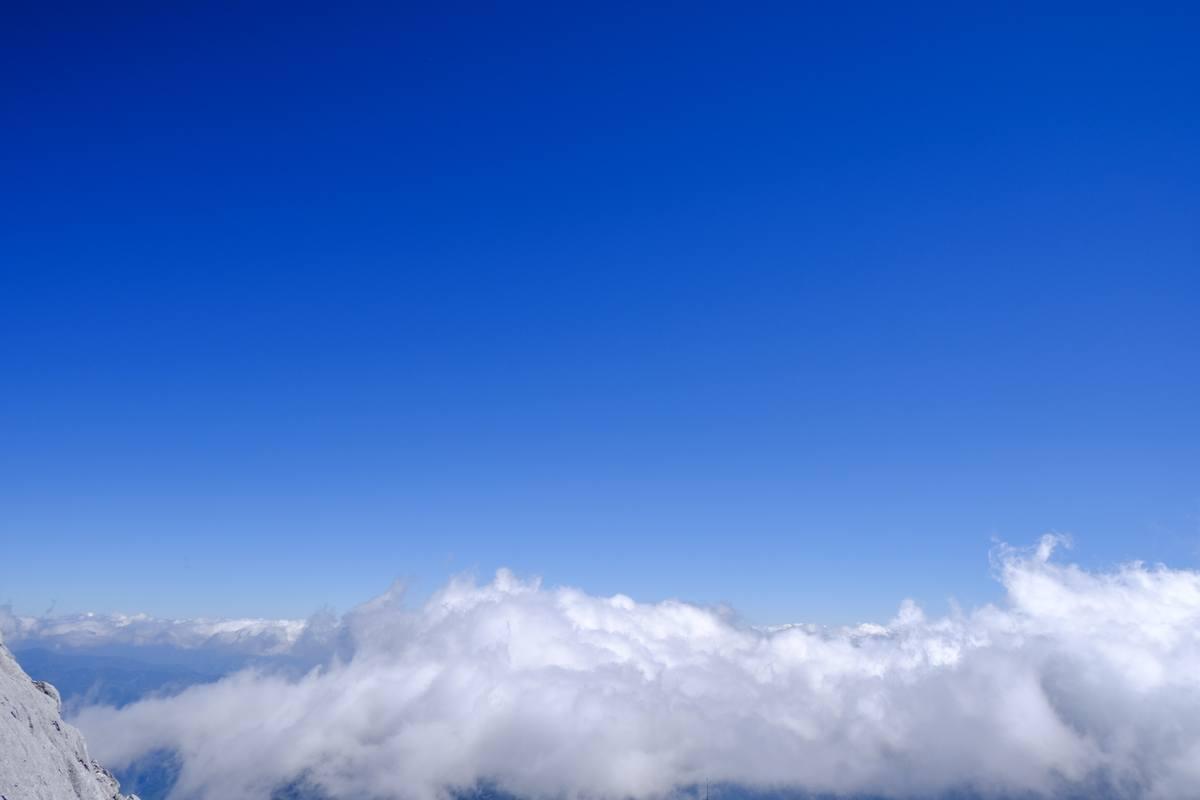 翻滚的云海背景图片 - 4K图片下载
