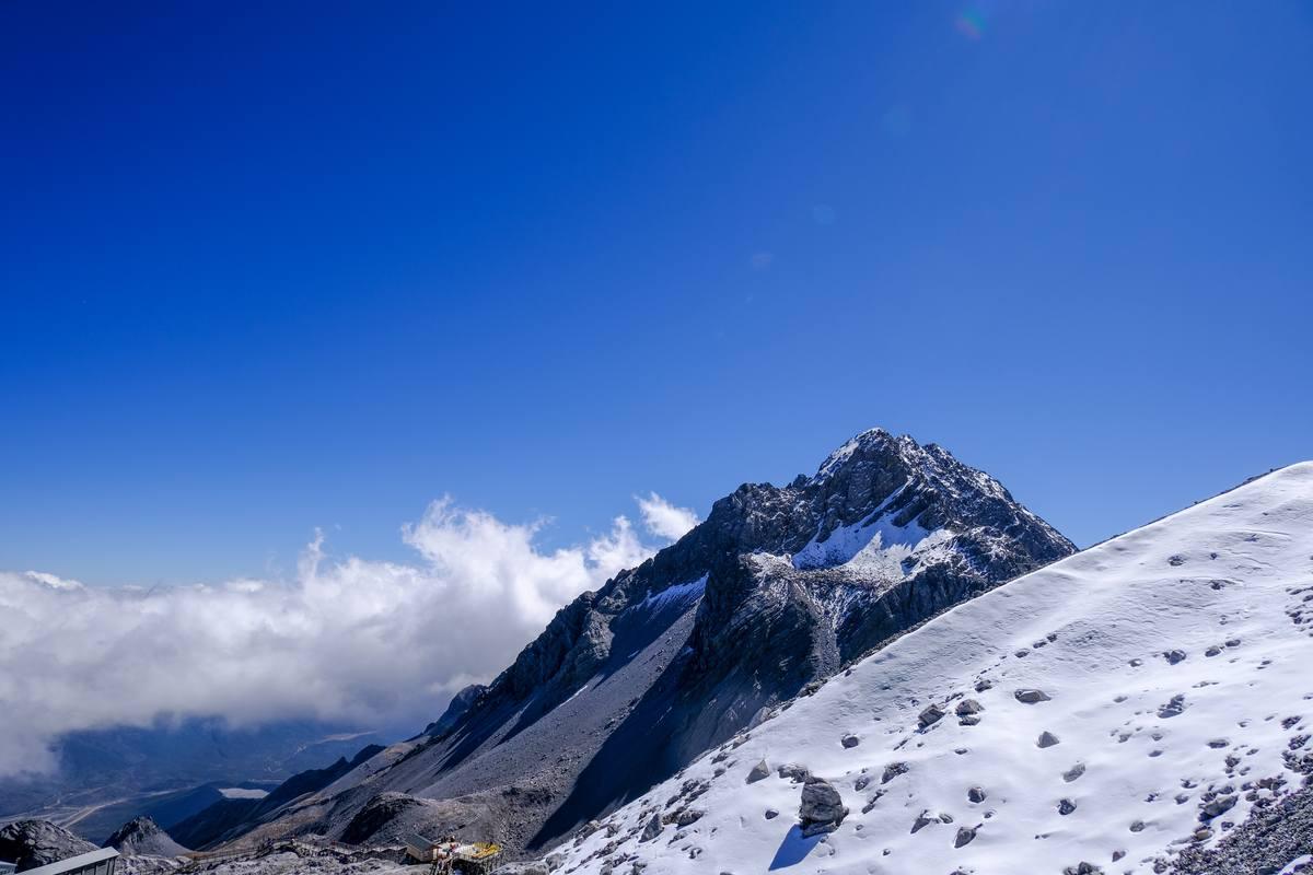 蓝天高山背景图片